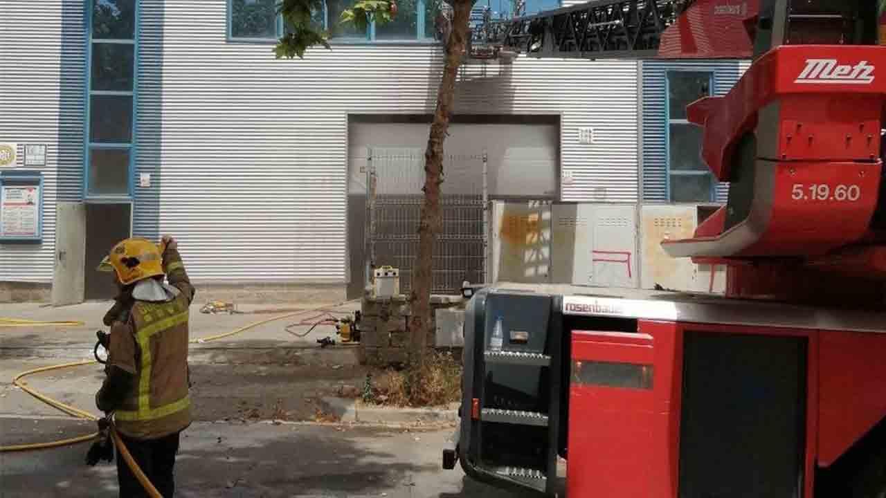 Fallece un bombero en el incendio de un taller en Vilanova i la Geltrú