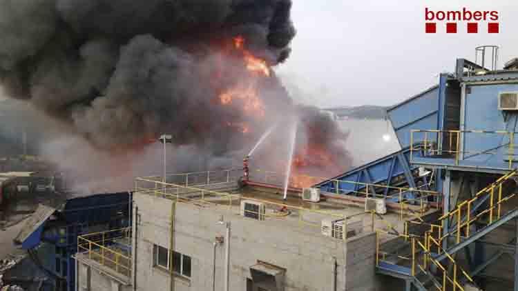 Gran incendio de coches en un desguace de Castellbisbal