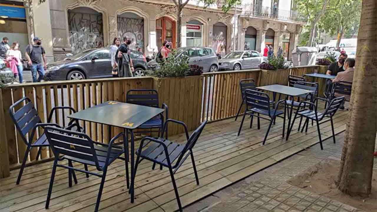 Se instalan los nuevos prototipos de las terrazas de los bares