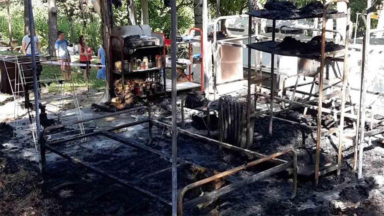 Detenidos por prender fuego a una tienda de campaña en un camping