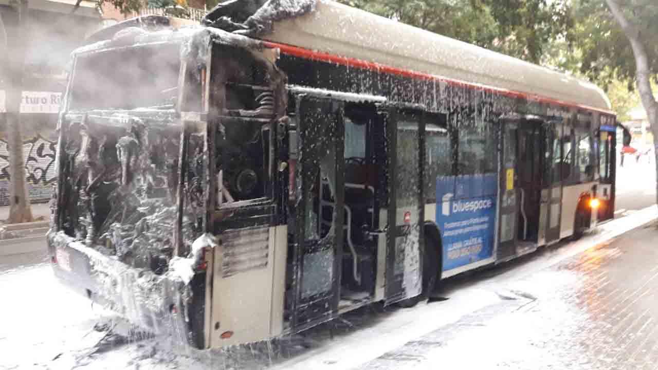 Arde un autobús de la Línea D50 con seis pasajeros en el interior