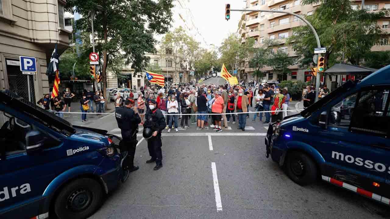 Manifestantes contra la detención de Puigdemont cortan la Diagonal