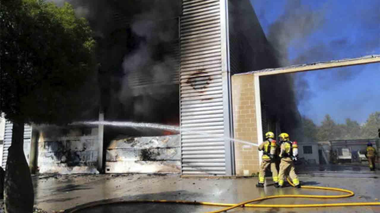 Un incendio en Castelldefels quema un bazar chino en una nave